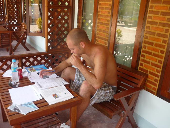 adri estudiando curso buceo