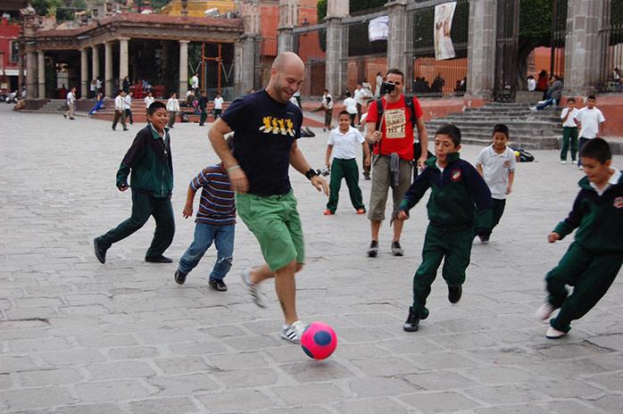 adri-jugando-al-futbol-en-san-miguel